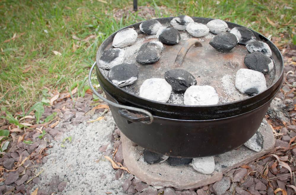 Dutch Oven mit glühenden Kohlen